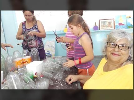 Projeto Natal Iluminado reutiliza garrafas PET para decoração natalina