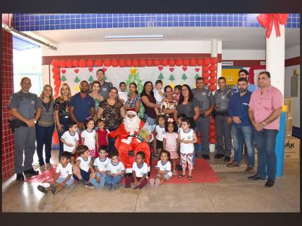 Policiais Militares doam brinquedos às crianças do Centro de Educação Infantil