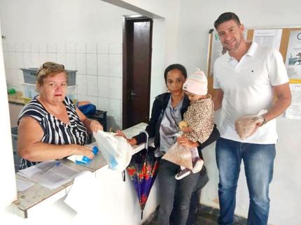 Beneficiários do Viva Leite recebem também feijão plantados no município