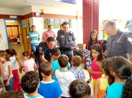 Policiais militares de Nova Luzitânia doam brinquedos para crianças da Creche