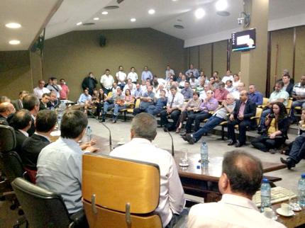 Prefeitos, vereadores e deputados se reúnem e buscam solução para crise nos municípios
