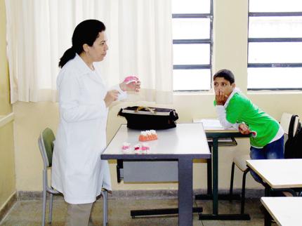 Divisão de Saúde distribui Kits de Higiene Bucal e orienta alunos da Escola Estadual