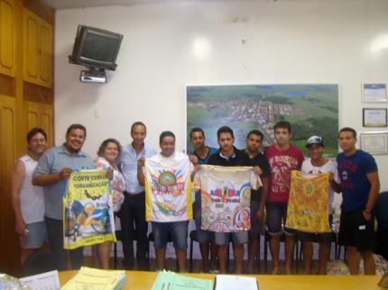 Prefeito faz entrega de abadas para LUZIFOLIA 2014