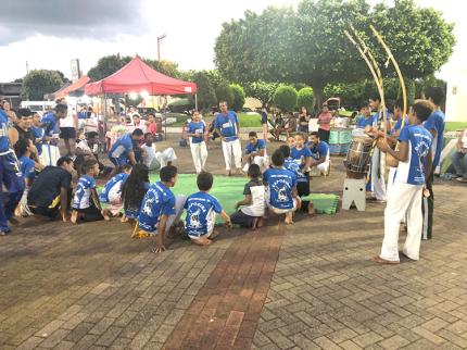 Grupo de capoeira se apresenta em feirinha