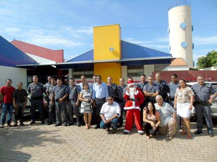 Polícia Militar de Nova Luzitânia e Gastão Vidigal presenteiam crianças