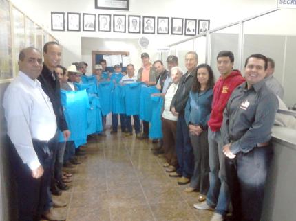 Prefeito de Nova Luzitânia entrega uniformes a funcionários do município