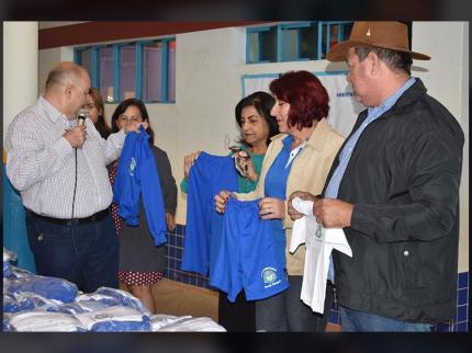 Alunos do CEI recebem novos uniformes e agasalhos