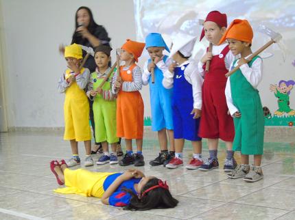 Escolas Municipais de Nova Luzitânia surpreendem em apresentações de Dia das Mães