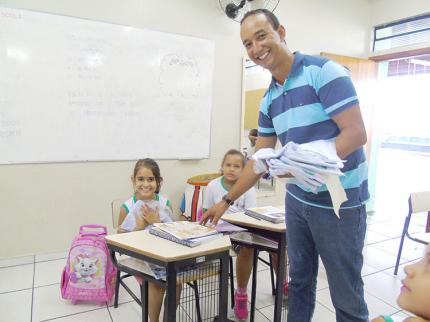 Prefeito Germiro Lima entrega uniformes às escolas municipais