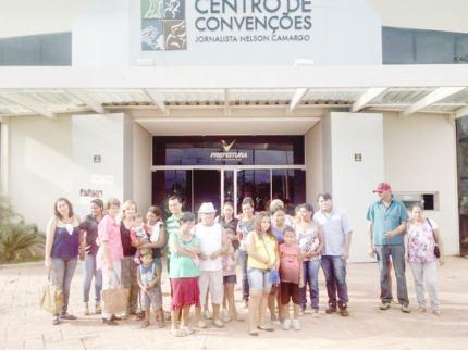 Famílias do Renda Cidadã assistem a peça teatral em Votuporanga